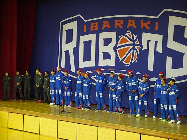 なつかしの紅白帽で登場する茨城ロボッツの選手たち
